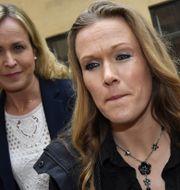Barnmorskan Ellinor Grimmark (t.h.) och hennes juridiska ombud Ruth Nordström (t.v.). Jonas Ekströmer/TT / TT NYHETSBYRÅN