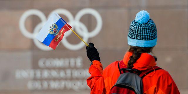 En rysk supporter utanför Internationella olympiska kommittén, IOK:s, kontor i Lausanne, Schweiz.  Jean-Christophe Bott / TT NYHETSBYRÅN
