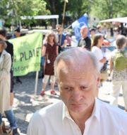 Jan-Olof Johansson (S) framför demonstranter som är kritiska mot Preem-raffinaderiets utbyggnad. Adam Ihse/TT / TT NYHETSBYRÅN