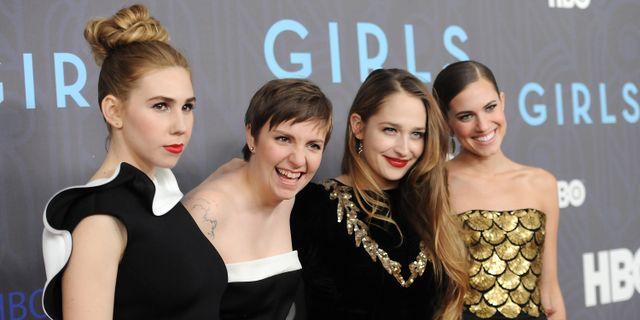"""Från vänster: Zosia Mamet, Lena Dunham, Jemima Kirke och Allison Williams från """"Girls"""" i januari 2013. Evan Agostini / TT / NTB Scanpix"""