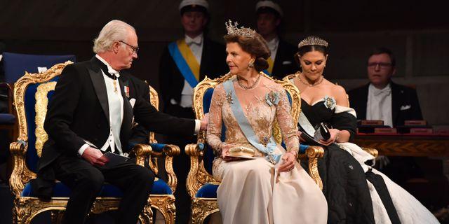 Kung Carl Gustaf, drottning Silvia och kronprinsessan Victoria vid Nobelprisutdelningen i Konserthuset i Stockholm. Jonas Ekströmer/TT / TT NYHETSBYRÅN