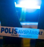 Blåljus och polisens avspärrningsband. Arkivbild.  Johan Nilsson/TT / TT NYHETSBYRÅN