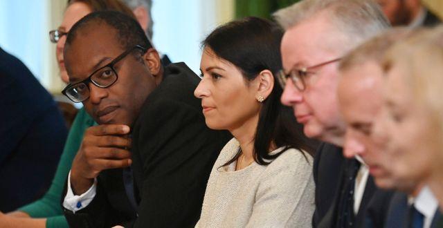Arkivbild: Kwasi Kwarteng (längst till vänster)  på ett regeringmöte med bland annat ministrarna Priti Patel, Michael Gove och Dominic Raab Ben Stansall / TT NYHETSBYRÅN