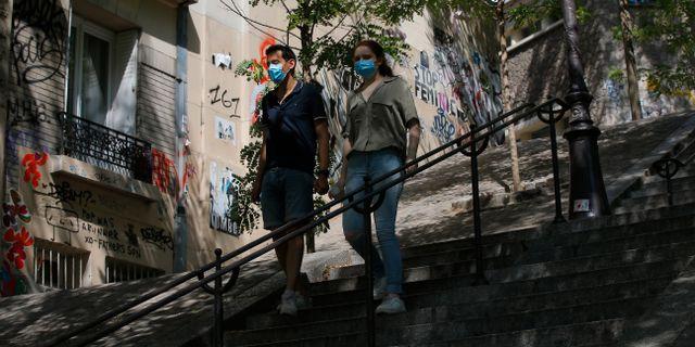 Personer med munskydd i Frankrike. Michel Euler / TT NYHETSBYRÅN