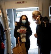 Air France-personal med masker på flight i förra veckan. BENOIT TESSIER / TT NYHETSBYRÅN