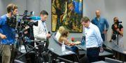 Koncernchefen för Hurtigruten, Daniel Skjeldam, intervjuas i samband med utbrottet. Annika Byrde / TT NYHETSBYRÅN