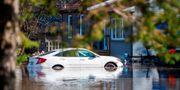 En bil på en översvämmad gata.  SEBASTIEN ST-JEAN / AFP