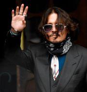 Johnny Depp utanför  Alberto Pezzali / TT NYHETSBYRÅN