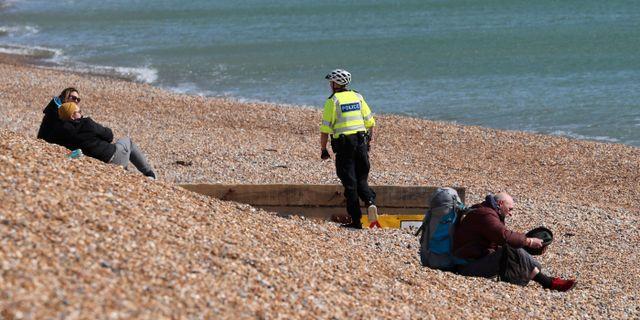 Polis ber människor lämna stranden i Brighton och hålla sig hemma. Gareth Fuller / TT NYHETSBYRÅN