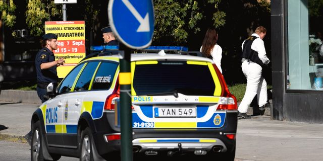 Polisens tekniker undersöker området bakom polisavspärrningarna på Kungsholmen i Stockholm. Pontus Lundahl/TT / TT NYHETSBYRÅN