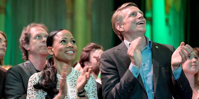 MP-politikerna Alice Bah Kuhnke och Per Bolund blickar uppåt. Janerik Henriksson/TT / TT NYHETSBYRÅN