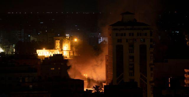 Brand i Gaza efter de israeliska attackerna, 14 maj.  Khalil Hamra / TT NYHETSBYRÅN