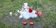 Arkivbild. Blommor utanför huset där barnen dödades innan mamman tog sitt liv och satte eld på familjens lägenhet. Adam Ihse/TT / TT NYHETSBYRÅN