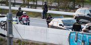 Dansk polis med automatvapen undersöker alla bilar på väg till Sverige i närheten av Kastrup på fredagskvällen. Johan Nilsson/TT / TT NYHETSBYRÅN