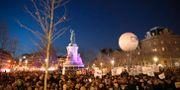 Demonstranter på Place de la République i centrala Paris på tisdagskvällen.  Christophe Ena / TT NYHETSBYRÅN/ NTB Scanpix