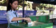 En kvinna röstar i Bangkok.  LILLIAN SUWANRUMPHA / AFP