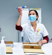 Pfizervaccinet kontrolleras av sjukvårdspersonal i Belgien. Frederic Sierakowski / TT NYHETSBYRÅN