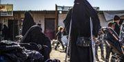 Bilden visar en fransk kvinna i al-Hol. DELIL SOULEIMAN / AFP