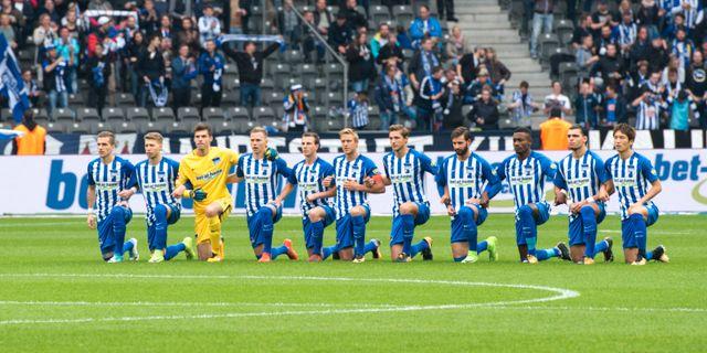 Herta BSC:s spelare och ledare knäböjde inför avspark i Bundesligamatchen mot Schalke 04. Annegret Hilse / TT / NTB Scanpix