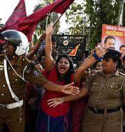 Anhängare firar Rajapaksas seger. LAKRUWAN WANNIARACHCHI / AFP