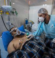 En covid-sjuk man i Sao Paulo får vård. Andre Penner / TT NYHETSBYRÅN