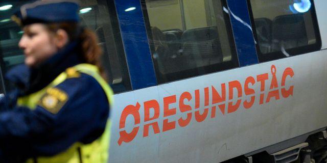 Polis utanför ett Öresundståg som stannat vid Hyllie station utanför Malmö för gränskontroll. Johan Nilsson / TT / TT NYHETSBYRÅN