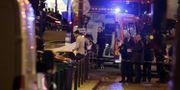 Vårdpersonal hjälper offer efter terrordådet i Paris 2015. KENZO TRIBOUILLARD / AFP