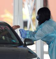 En bilförare testas för covid-19 i Miami. Wilfredo Lee / TT NYHETSBYRÅN