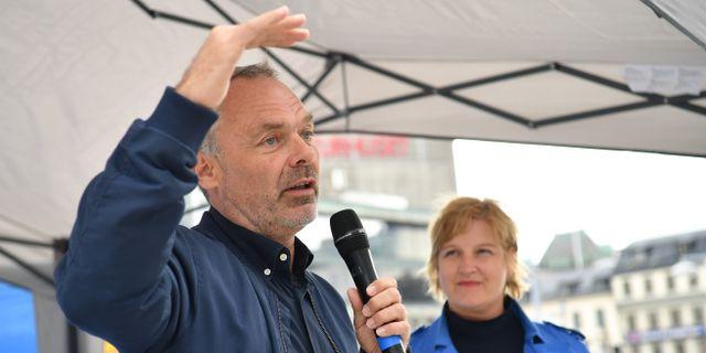 Liberalernas partiledare Jan Björklund och toppkandidat Karin Karlsbro valtalar under valrörelsens slutspurt. Henrik Montgomery/TT / TT NYHETSBYRÅN