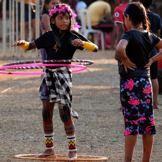Indigenous girls play with hula hoops during the Second March of Indigenous Women to claim women's rights and the demarcation of Indigenous lands, in Brasilia, Brazil, Thursday, Sept. 9, 2021. Eraldo Peres / TT NYHETSBYRÅN