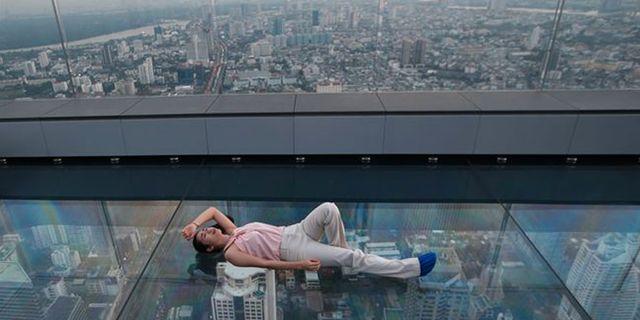 Vill du få en ordentlig adrenalinkick ska du åka upp till 78:e våningen i Thailands högsta skyskrapa. AP TT Nyhetsbyrån
