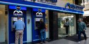 Människor utanför libanesiska bankomater Bilal Hussein / TT NYHETSBYRÅN
