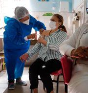 En kvinna vaccineras med Astra Zenecas vaccin.  Jorge Saenz / TT NYHETSBYRÅN