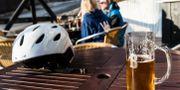 Ett par dricker öl utomhus i Sälen.  Pontus Lundahl/TT / TT NYHETSBYRÅN