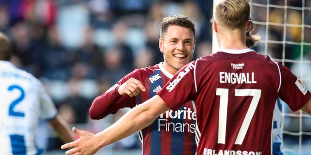 Djurgårdens Kerim Mrabti jublar efter sitt 0-1 mål tillsammans med Gustav Engvall. Adam Ihse/TT / TT NYHETSBYRÅN