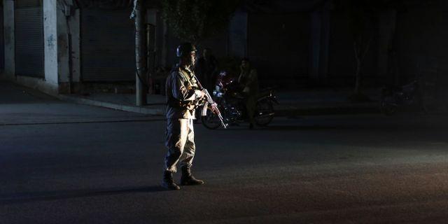 Afghansk polis utanför den lokal där explosionen skedde Rafiq Maqbool / TT NYHETSBYRÅN/ NTB Scanpix