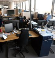 Illustrationsbild: En ensam medarbetare jobbar på ett i övrigt öde kontor efter att medarbetarna valt att jobba hemma på distans, är i karantän, eller på annat sätt inte kan vara på jobbet på grund av den pågående Corona-pandemin Fredrik Sandberg/TT / TT NYHETSBYRÅN