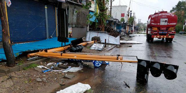 En lyktstolpe har rasat i delstaten Tamil Nadu.  SOCIAL MEDIA /SHABBIR AHMED/ REUTERS/ TT NYHETSBYRÅN