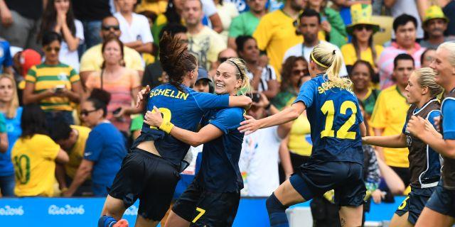 Sveriges Lotta Schelin och Lisa Dahlkvist kramas efter att ha gått vidare till final efter straffar mot Brasilien vid sommar-OS förra året. Jonas Ekströmer/TT / TT NYHETSBYRÅN