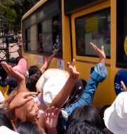 En buss med fångar rullar ut från ett fängelse. TT NYHETSBYRÅN