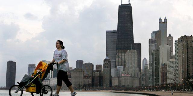 Illustrationsbild. Kvinna med barnvagn i Chicago, USA. Charles Rex Arbogast / TT NYHETSBYRÅN