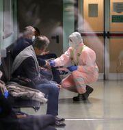 Patienter på en läkarmottagning i Italien.  Luca Bruno / TT NYHETSBYRÅN