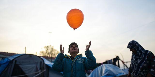 En pojke i ett flyktingläger nära den grekisk-makedonska gränsen, 2016. BULENT KILIC / AFP