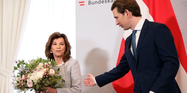 Österrikes tidigare kansler Brigitte Bierlein överräcker blommor till Sebastian Kurz.  LISI NIESNER / TT NYHETSBYRÅN