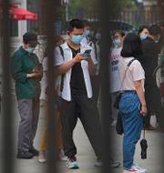 Människor väntar på sin tur att bli vaccinerade i Peking i Kina. Andy Wong / TT NYHETSBYRÅN
