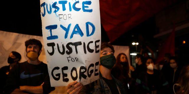 Demonstranter mot dödsskjutningen har dragit paralleller till George Floyds död i USA. Mahmoud Illean / TT NYHETSBYRÅN