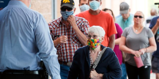 Personer med munskydd i USA. Charlie Neibergall / TT NYHETSBYRÅN