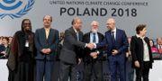 Delegater i samband med klimatmötets slut på lördagskvällen. JANEK SKARZYNSKI / AFP