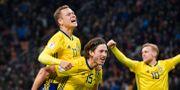 Sveriges Viktor Claesson, Gustav Svensson och Emil Forsberg jublar efter slutsignalen i måndagens VM-kval. Jonas Ekströmer/TT / TT NYHETSBYRÅN