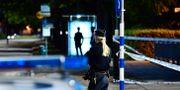 Poliser och avspärrningar vid den plats i Lindängsplan i Malmö där en man skjutits under torsdagskvällen. Johan Nilsson/TT / TT NYHETSBYRÅN